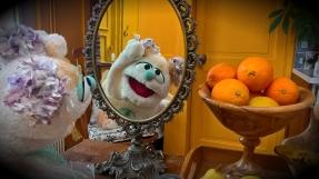 Luna devant son miroir magique