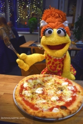 Charlène des cavernes adore les Pizzas
