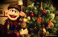 L'elfe de Noël fait le sapin