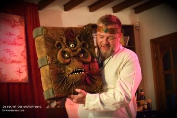 grimoire magique, spectacle lille, jeux énigmes, jeux en boix, marionnettes, le secret des enchanteurs, Nikio et ses puppets
