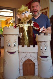 """Le château et ses deux tours, le roi tête de Linotte et Niko - A voir dans le spectacle """"Niko et le diamant magique"""""""